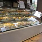 コート・ドール - お店に入ると素敵なケーキや焼き菓子に加えおいしそうなパンも沢山並んでとっても幸せな気分を味わえます。