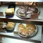 30697223 - レジの下にケーキがありました