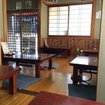一休 - 入ったところに8人掛けの大テーブルがある他は、全部座敷、8卓あります