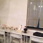 煎茶と靴下、そして薬草 - 小学校の机と椅子を色ペンキで塗っています