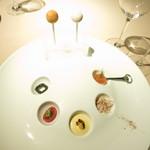 30704086 - アミューズ クリームチーズとコロッケのキャンディ風 スモークサーモン じゃが芋のピュレ 大山鶏のコンフィ 玉蜀黍のムース トマトのアンチョビソース