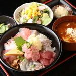 秋葉原漁港 快海 - ランチ一番人気の「おまかせ海鮮丼セット」