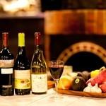 おやさいバル TIERRA KAKUREGA - カウンター席で楽しむワイン♪