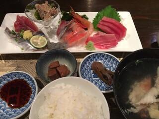 鮪蔵 - ゴハン&あら汁。これに天ぷらが付きます♪