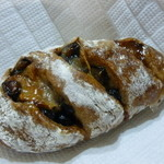 パンやきどころ RIKI - 丹波黒豆とクルミ ¥180+税