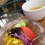 cafe Sari - カレーにセットのスープとサラダ