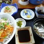大阪屋 - 刺身丼(冷ややっこ、ひじき、味噌汁、香のもの)