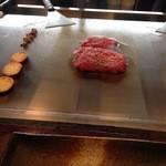 延岡みやちく - 次いでもも肉を炙る感覚でさっと焼き上げ