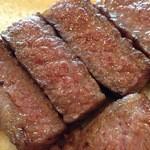 延岡みやちく - 余熱でいい塩梅に火を通したロース肉