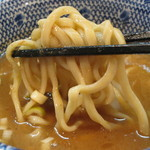 陸 - ごわついた平打ちの太麺。       がっちり硬め、ウェーブの舌触り。