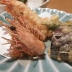 30728335 - えびの天ぷら 頭まで食べられます。 付け合せの野菜天もおいしい!