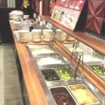 tonkatsuke-waike- - サラダバーにはカレーとライス、お味噌汁があります