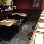 日本酒BAR炎 - お席は、カウンター、テーブル合わせて、これで全部です。