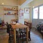 カフェ トモチート - こちらはテーブル席です。