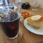 カフェ トモチート - 妻はバナナスポンジケーキのセットを。アイスコーヒーは苦味のある好みの物。