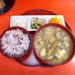 むじ汁専門店 万富 - むじ汁定食(¥700)。田芋の茎がごろごろと入り、小さいけれど食べ応え十分の逸品!
