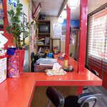 むじ汁専門店 万富 - 店内も赤色に染まる。沖縄のめでたい雰囲気が満載です