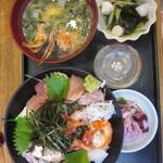 30752277 - 海鮮ちらし寿司 1600円 かにのお味噌汁 漬物 ベビー帆立と若布の酢物がつきます。