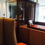 ボンカフェ - 背の高いソファーが並び居心地が良いです