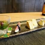 和み茶屋 - 前菜4種 ①つるむらさきのおひたし ②イチジク黒ゴマ味噌 ③ジャガイモチーズ ④焼き芋? なんちゃってですが、カカオがふってあるサツマイモのお料理です。