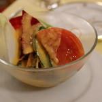 メインダイニングルーム - サラダはちょっと玉葱が強かったけど、トマトが美味しい。