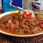 ブリーザ・ド - ムケッカ・バイアーナ(サラダ付き)魚介と野菜がたっぷり!ココナッツミルクで煮込んだブラジル料理です。具材が多くて贅沢なひと皿でした。最後までスプーンが止まりませんよ。