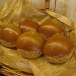 パン ヴィルゴ - 料理写真:今年も登場しました。毎年人気の秋冬商品「くり」。カスタード、和栗ペースト、渋皮煮がごろんと入っています。12月上旬で発売終わります