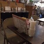 ハンバーガーモンスター - テーブル席です