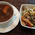 30768454 - 蓮根、人参などの根菜のスープとサラダ