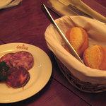 CASA GIRASOL - サラミ・サルシチョンの盛り合わせとパン。オススメ。