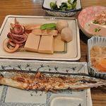 マルイ食堂 - さんま定食とイカと高野豆腐の焚き合わせ