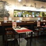 新福菜館  - カウンター席とテーブル席、開店近くだったのでテーブル席占拠(;^ω^)