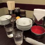 餃子菜館 清ちゃん - 2014年9月15日(月・祝) 奥のテーブル席卓上