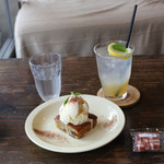BOWLS cafe - いちじくのケーキとレモネード、+わんこのおやつ