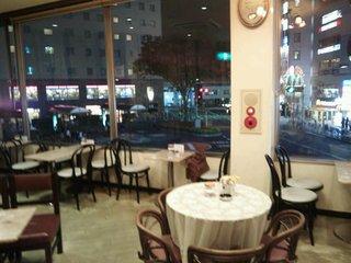 梅の木 本店 - 豪華な店内、窓の向こうは赤羽駅東口