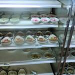 平田食事センター - 店内のお惣菜ケース