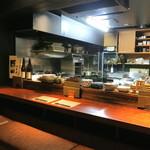 目白 咲き - カウンター席と綺麗な調理場 (2014/09)