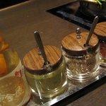 健康美食 博多もつ鍋と炭火ホルモン焼 黄金屋 - テーブル上調味料