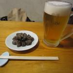 そば 三休 - 「生ビール(中)」・「ピリ辛こんにゃく」