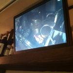 3080915 - 2階にあるカウンターでは、調理場の様子をモニターで見ることができます。