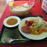 ラージャスターン - 野菜カレー 上はナン