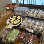 六花亭 - 和菓子が並びます