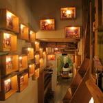 ハティフナット - 綺麗にライトアップされたウッドの額の絵たちの奥の温もりの空間