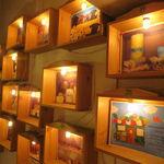 ハティフナット - 綺麗にライトアップされたウッドの額の絵たち