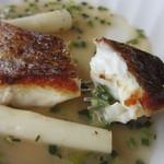 ビストロ ル ポール - 鯛は表面がカリッと焼かれて美味しかったですがワインベースのソースはかなり酸っぱかったです。