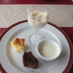 ビストロ ル ポール - 食後のデザートは4種類、チーズケーキ、ガトーショコラ、桃のシャーベットとブランマンジェです。