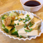 まんぷく食堂 - 豆腐&きゅうり(¥500)。醤油ベースのタレ付き。きゅうりがすごくでかいんです