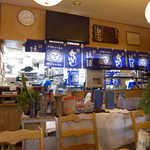 まんぷく食堂 - 新里酒造(うるま市)、群青色の暖簾が印象的な店内
