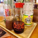 まんぷく食堂 - 赤マルソウは糸満の醤油メーカー。後ろに控える「合成酢」も、今どき珍しい存在
