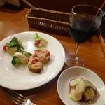 ミスタービン - 突出し、前菜盛り合わせ500円、赤ワイン500円